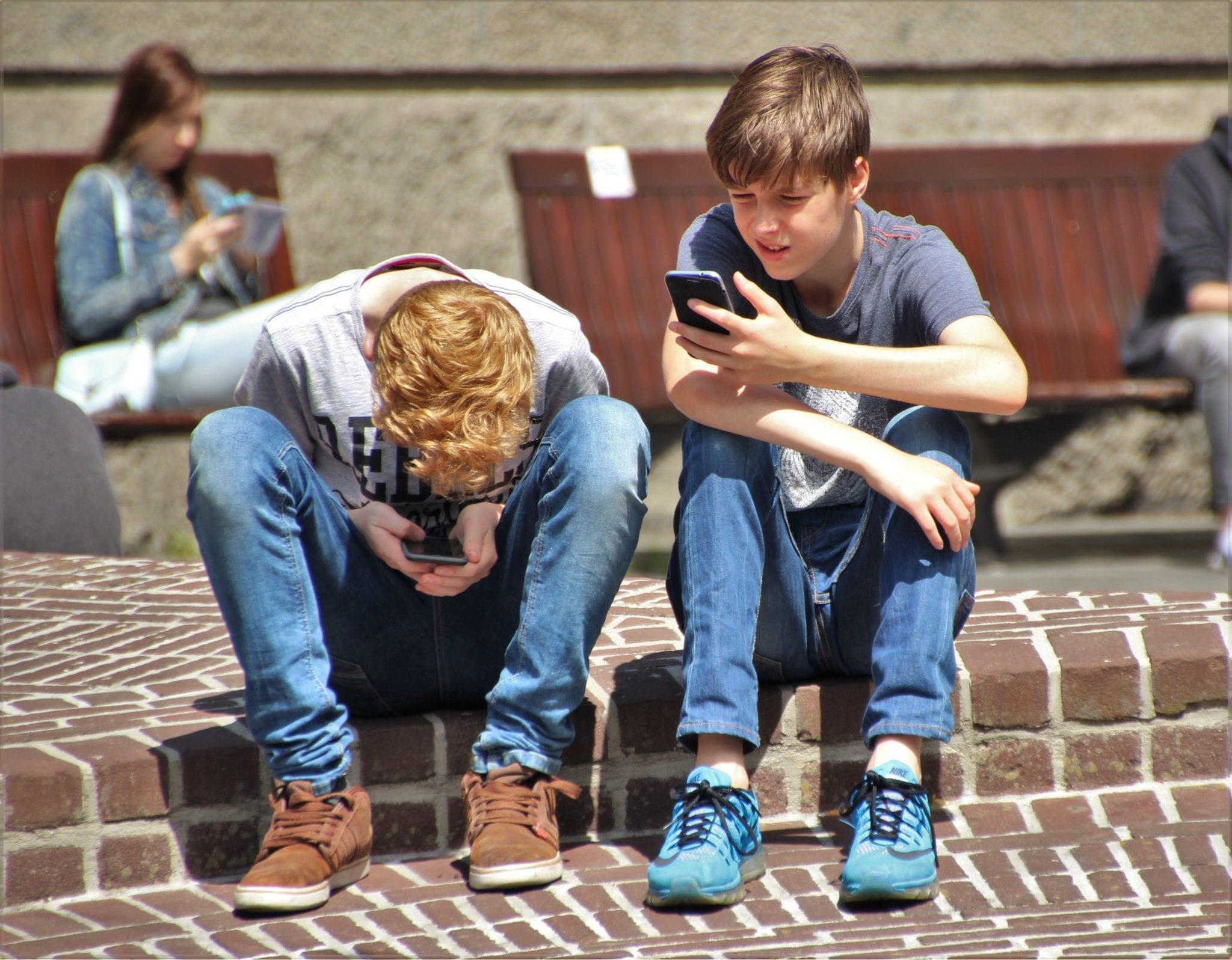 Jovens no telemóvel