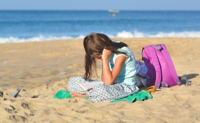 menina praia leitura
