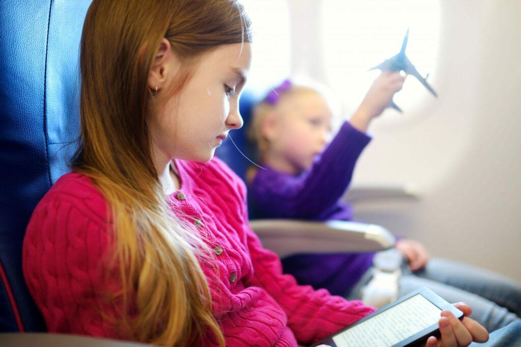 Menina a ler em avião