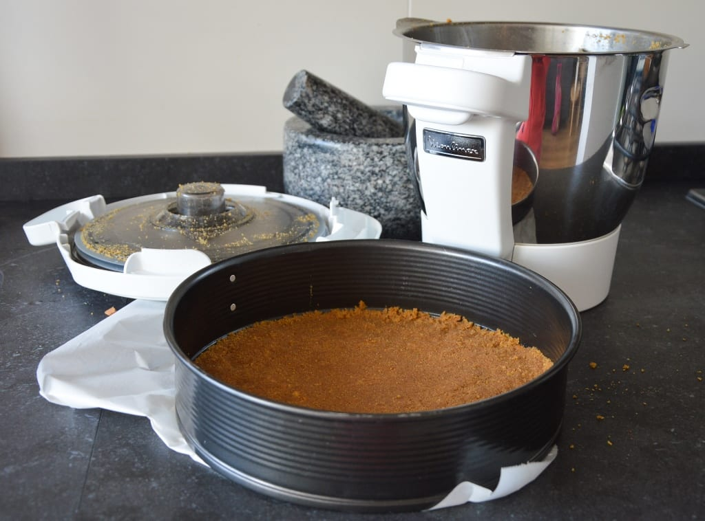 cheesecake de morango-preparação da base de bolacha