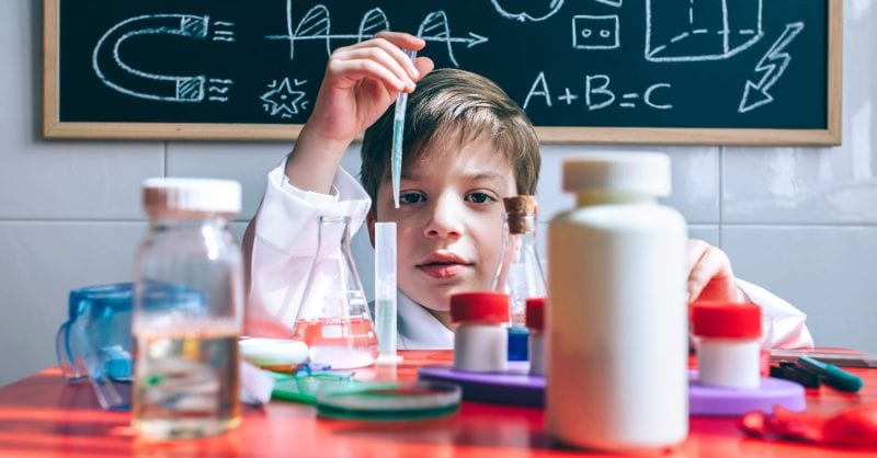 5 experiências científicas que podem fazer com os miúdos (em casa!)