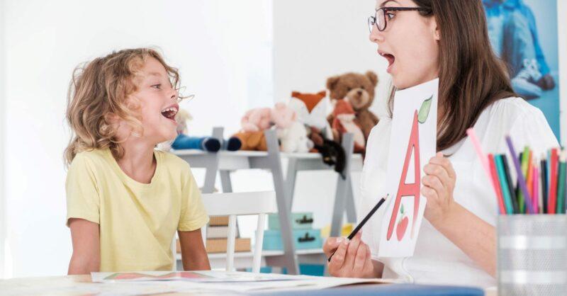 A criança de 2 anos não fala? Considerem a terapia da fala…