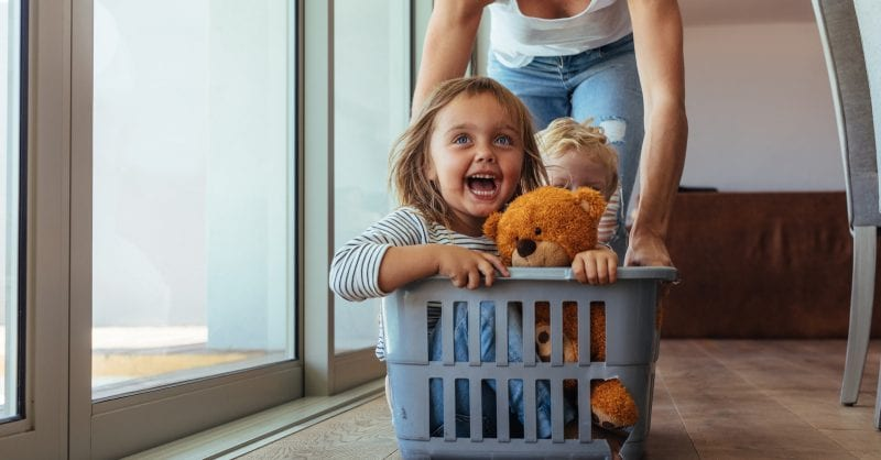 Exercício divertido em casa com crianças