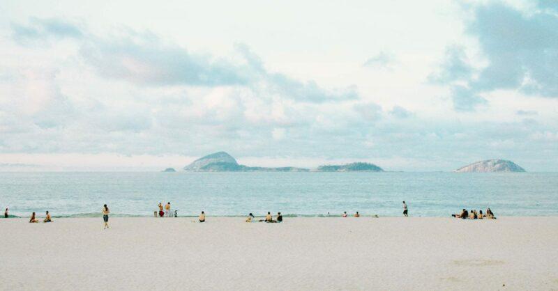 Praia e COVID-19: perguntas e respostas para um verão responsável