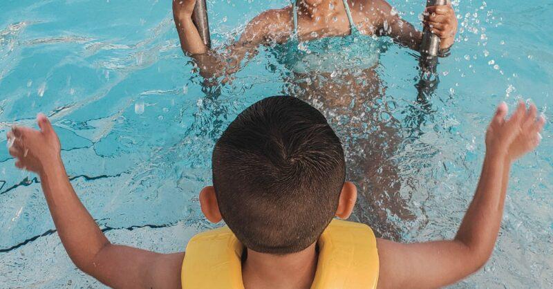 Auxiliares de Flutuação: como escolher braçadeiras e coletes salva-vidas?