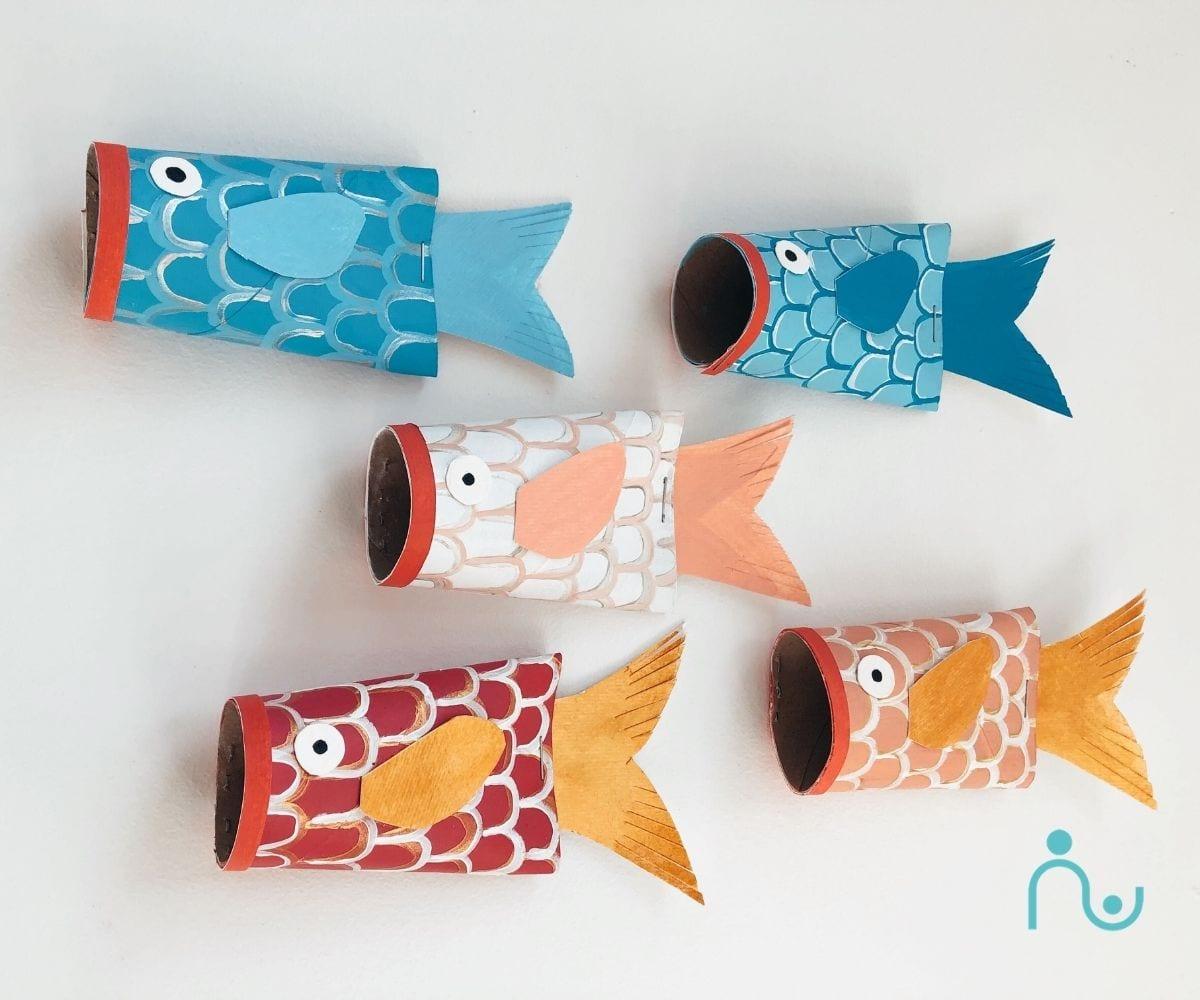 Peixes coloridos com rolos de papel higiénico