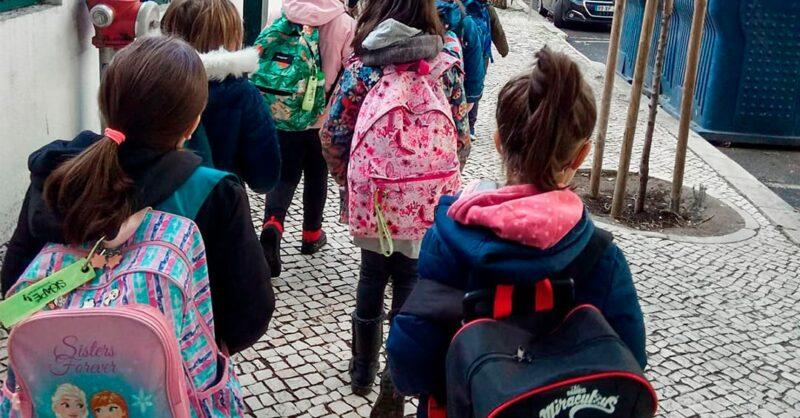 """SigAPÉ – O """"autocarro a pé"""" que quer manter as escolas abertas"""