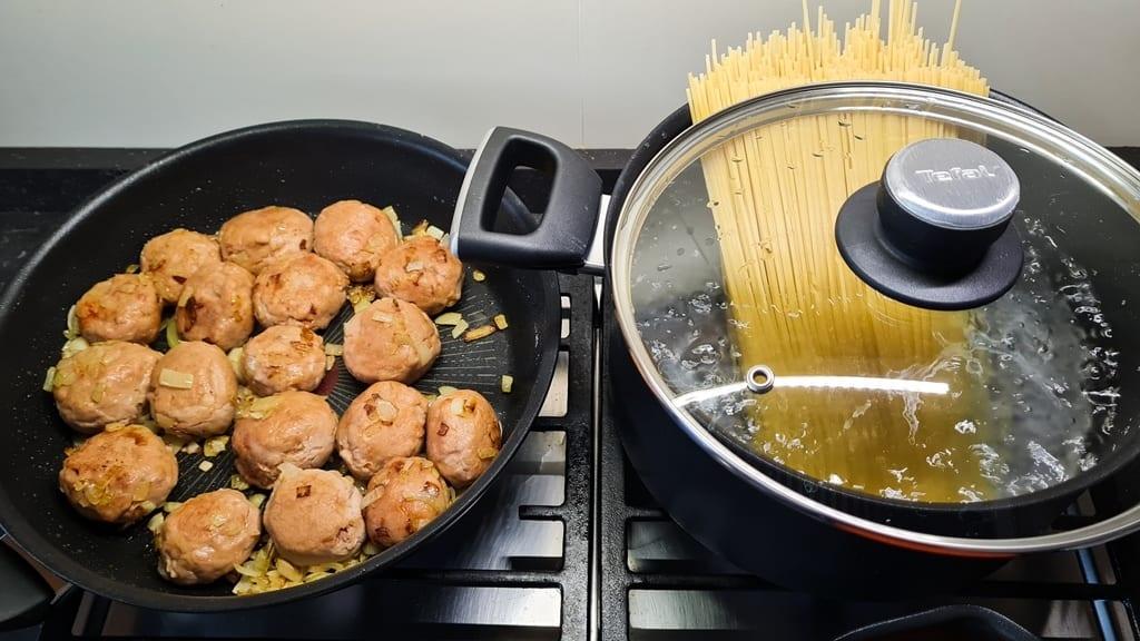 Almondegas com esparguete fritar