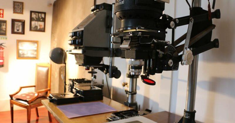 """Exposição """"Do estúdio ao laboratório – Foto Paúl""""."""