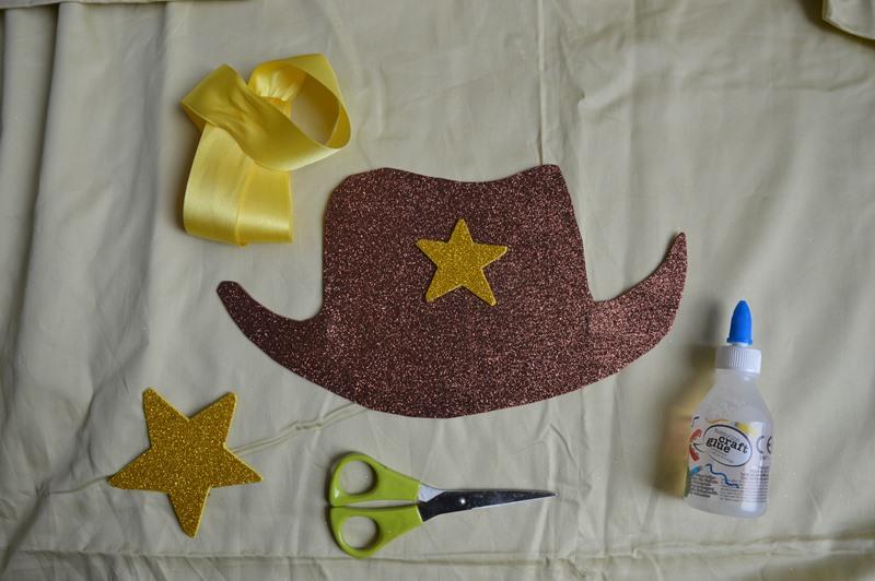 8c30efeec505a Coroas de princesa e chapéus de cowboy e de piratas